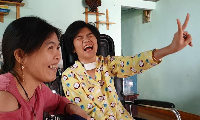 Trang nhận biết bà ngoại tên Hai đến thăm bằng cách đưa hai ngón tay lên. Ảnh: Sơn Thủy.
