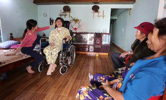 Người thân đến thăm hỏi Trang sau khi xuất viện về nhà. Ảnh: Sơn Thủy.