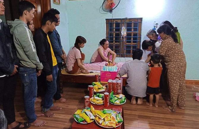 Người thân tổ chức sinh nhật sớm cho Trang hồi tháng 9, khi nghĩ cô không qua khỏi. Ảnh: Sơn Thủy.