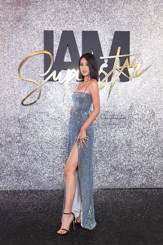 Hoa hậu Tiểu Vy khoe dáng gợi cảm trong mẫu đầm ánh kim mới nhất của Chung Thanh Phong.