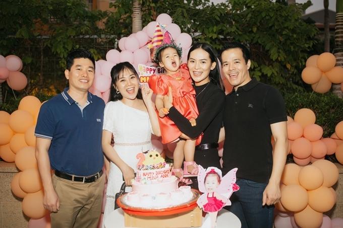 Những người bạn thân của của vợ chồng Sang tới chức mừng.