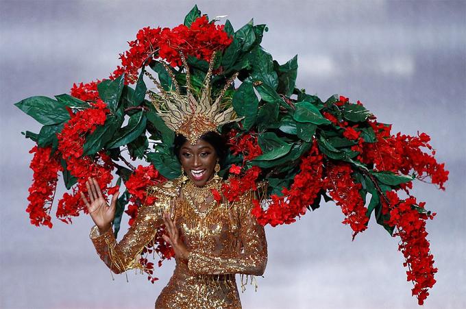 Các thí sinh lần lượt biểu diễn điệu nhảy dân tộc của quốc gia mình.