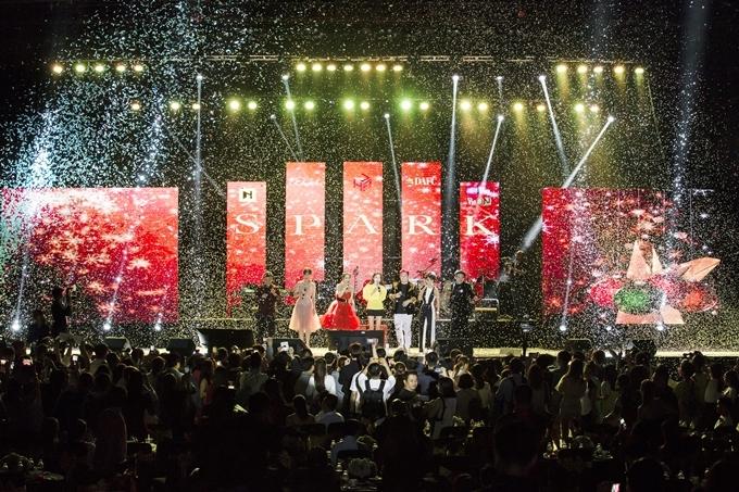 Dàn sao khép lại đêm nhạc với một ca khúc Giáng sinh.