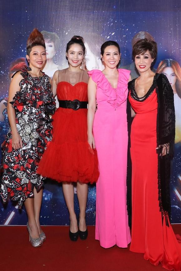 Danh ca Khánh Hà (phải) và diva Trần Thu Hà (trái) từ Mỹ về Việt Nam biểu diễn.