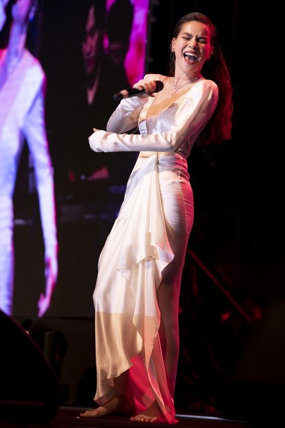Hà Hồ đi chân trần, diễn sung trên sân khấu. Ngoài hai bản đơn ca, nữ ca sĩ còn lần đầu hòa giọng cùng hai đàn chị Khánh Hà và Hà Tr
