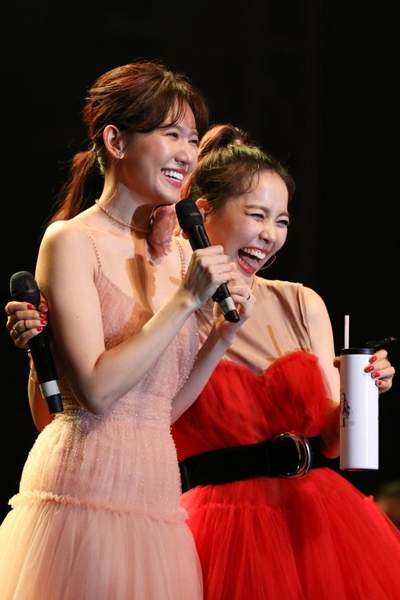 So Hyang ôm Hari Won thân thiết trên sân khấu.