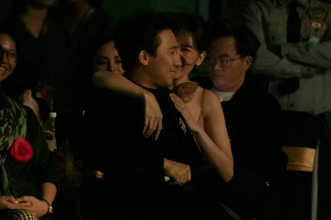 Hari Won ôm cổ, thì thầm với ông xã.