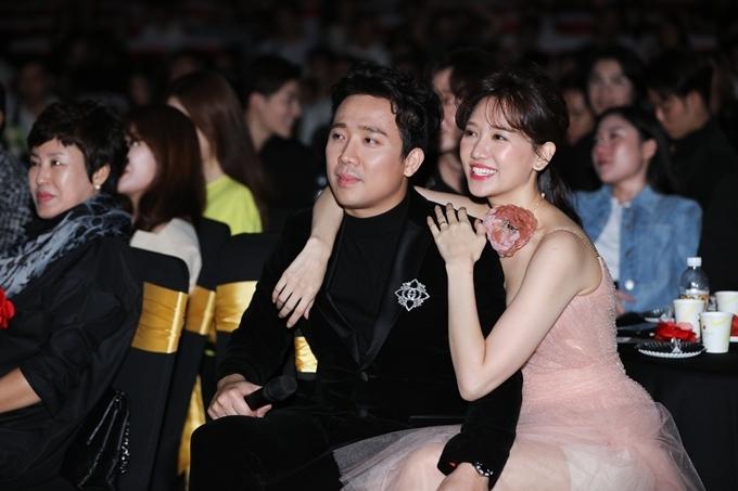 Khi lui xuống hàng ghế khách VIP để xem phần trình diễn của các đồng nghiệp, cặp đôi tiếp tục thể hiện tình cảm.