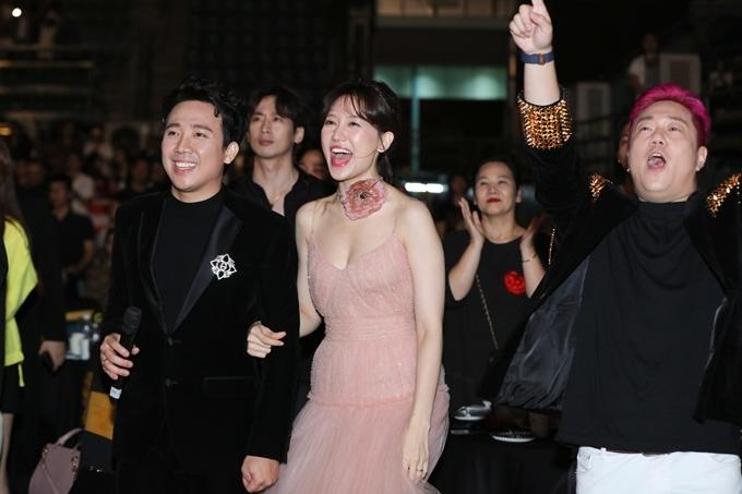 Họ cùng cổ vũ nhiệt tình cho phần biểu diễn của So Hyang.