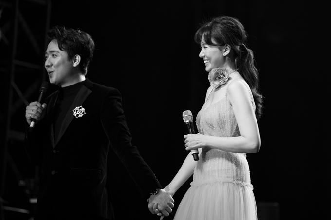 Trấn Thành nắm tay Hari và dành nhiều cử chỉ ga-lăng với bà xã trên sân khấu. Trước phần diễn chung,trong vai trò MC, anh giới thiệu cô là một nữ ca sĩ Hàn Quốc rất dễ thương. Nam nghệ sĩ tâm sự, đêm nhạc của So Hyang mang tính kết nối văn hóa Việt - Hàn, mối nhân duyên của vợ chồng anh cũng là một mảnh ghép của sự kết nối này.