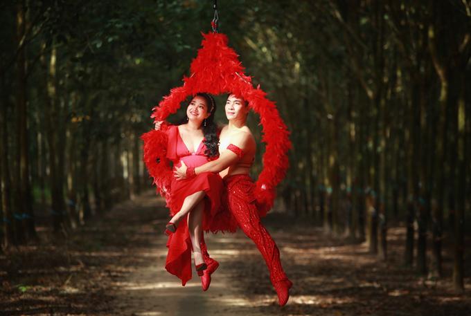 Vợ chồng cô về tận Bình Phước, chọn bối cảnh là một vườn cao su yên tĩnh tại huyện Dầu Tiếng để chụp ảnh.