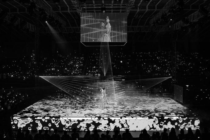 Vũ Cát Tường đầu tư sân khấu bốnmặt, đưa hiệu ứng LED vô cực vào show diễn. Tổng đạo diễn Nguyễn Hữu Thanh cho biết: Vì sử dụng hiệu ứng LED vô cực nên cả êkíp làm việc suốt batháng qua để lên concept sao cho phần visual đẹp nhất.