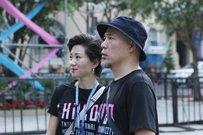 Chị Quỳnh Vũ cùng chồng kiểm tra tiến độ tại chương trình.