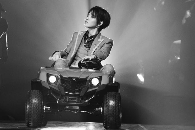 Sang đến phần 2, nữ ca sĩ tiếp tục gây phấn khích với màn lái siêu xe lên sân khấu trong màn trình diễn San Francisco.