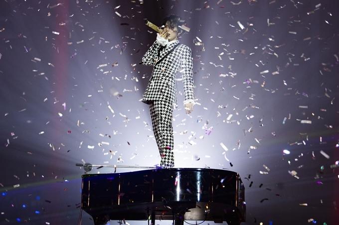 Nữ ca sĩ bùng nổ với tiếnghò reo của hàng ngàn khán giả trong phần cuối chương trình.
