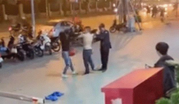 Nam bảo vệ tung3 cú đấm mạnh vào mặt và đầu người phụ nữ. Ảnh:Cắt từ clip.