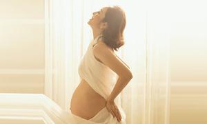 Jennifer Phạm khoe đường cong khi mang thai lần bốn