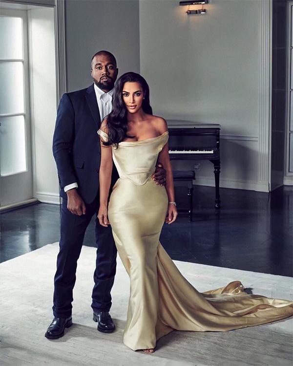 Kim Kardashian khoe ảnh lên đồ đi dự tiệc cùng chồng vào tối chủ nhật. Cô mặc thiết kế gợi cảm có giá 9.300 USD (hơn 200 triệu đồng) trong bộ sưu tập váy cưới Vivienne Westwood. Bộ đầm tôn vòng eo con kiến và thân hình đồng hồ cát của bà mẹ 4 con.