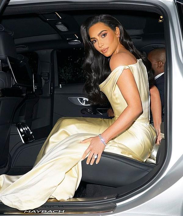 Kim và chồng ngồi xe Maybach đến biệt thự 40 triệu USD của rapper Diddy.
