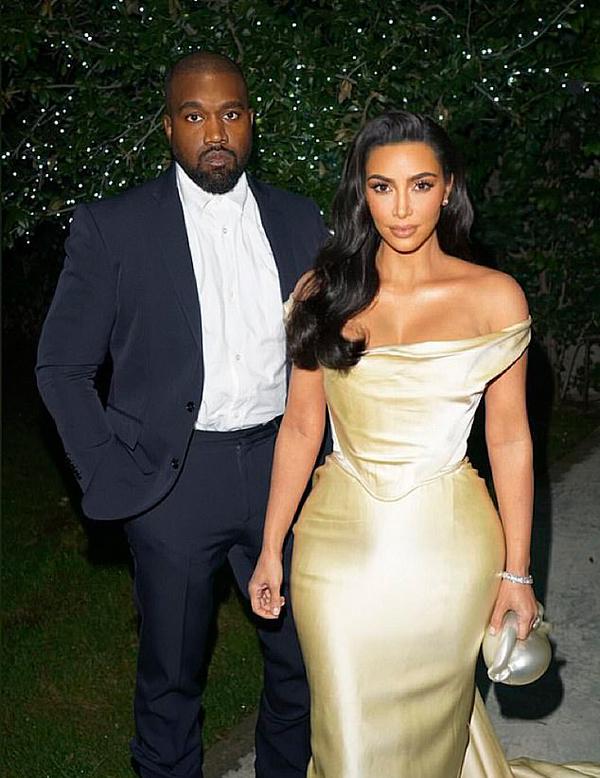 Cặp sao sánh đôi tại nhà của Diddy ở Los Angeles - nơi hội tụ nhiều ngôi sao của làng nhạc Mỹ trong bữa tiệc sinh nhật đình đám. Kanye West vốn là đồng nghiệp và bạn bè thân thiết của Diddy.