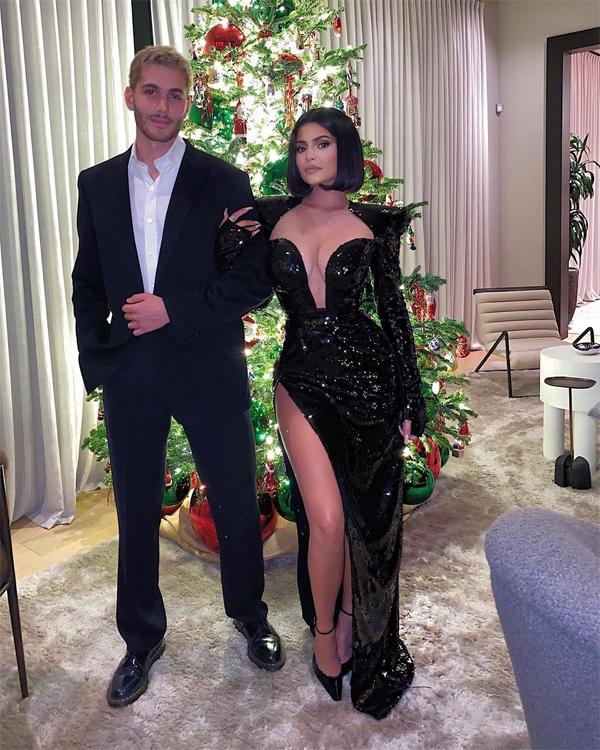 Kylie khoác vai một anh bạn tại buổi tiệc. Theo Us Weekly, nữ tỷ phú 22 tuổi cũng gặp bạn trai cũ, rapper Travis Scott, tại sự kiện này nhưng hai người chỉ lướt qua nhau và chào hỏi xã giao.
