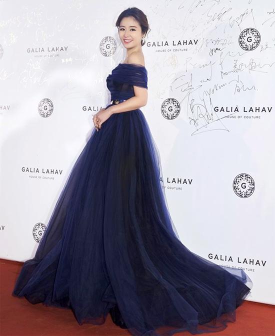 Trên thảm đỏ, ngôi sao Đài Loan diện đầm hở vai xuyên thấu rất gợi cảm. Dù ăn mặc tươi trẻ nhưng Lâm Tâm Như sau đótiết lộ rằngsức khỏe cô không tốt, cô bị cảm lạnh và ho rất nhiều.