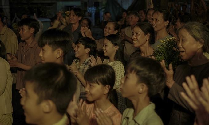 Ngoài hai diễn viên nhí đóng Ngạn và Hà Lan lúc nhỏ, các vai diễn người dân xung quanh do người địa phương vào vai.