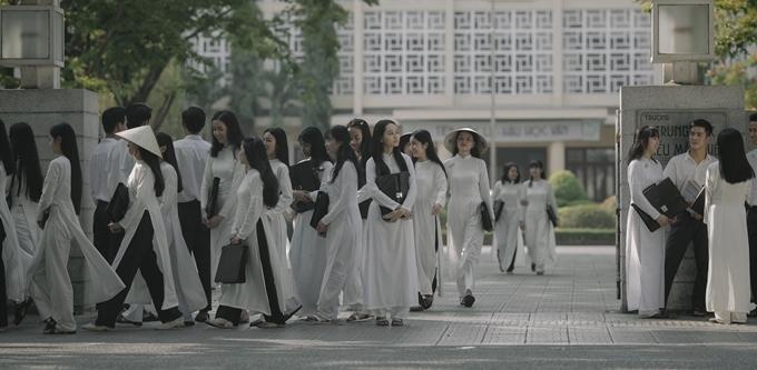 Cảnh tan học của trường nữ sinh quay một tuần, quy tụ hơn 200 nữ sinh.