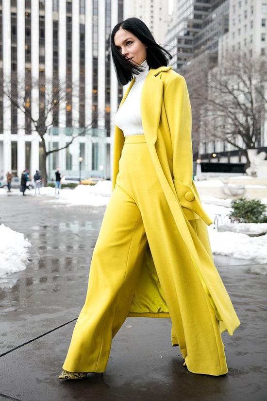 Diện quần suông ống rộng theo đúng xu hướng 2019 với tông màu rực rỡ và suit hiện đại với áo choàng phá cách.