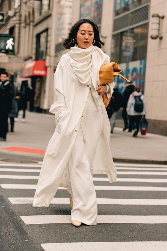 Ưu điểm ở mốt quần suông ống rộng là chúng có thể khiến set đồ dạo phố hay đi làm của người mặc trở nên nhẹ nhàng, uyển chuyển hơn.