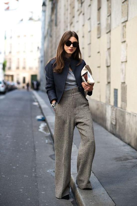 Vào mùa thu đông, các chất liệu vải bố, vải thô hay tweed được lựa chọn để thay thế cho chất liệu mềm mại, thoáng mát khi thiết kế quần ống rộng.