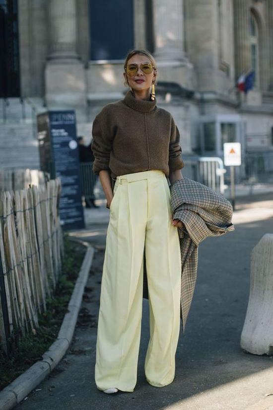 Sự dụng quần suông dáng đứng với giày, bốt cao gót còn giúp phái đẹp tôn chiều cao một cách hiệu quả.