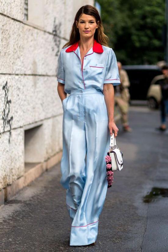 Cùng với các kiểu quần màu trung tính, tôn nâu, begie thanh nhã, quần ống rộng còn được thiết kế trên các tông màu bắt mắt, lụa bóng bẩy dành cho các nàng dạo phố.