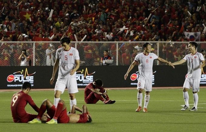 Văn Hậu an ủi các cầu thủ Indonesia sau trận. Ảnh: Bola.