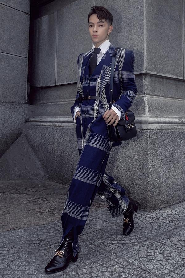 Bộ suit xanh từ nhà mốt Gucci giúp stylist Keibin Lei khoe vẻ lịch lãm và cá tính khi xuống phố.