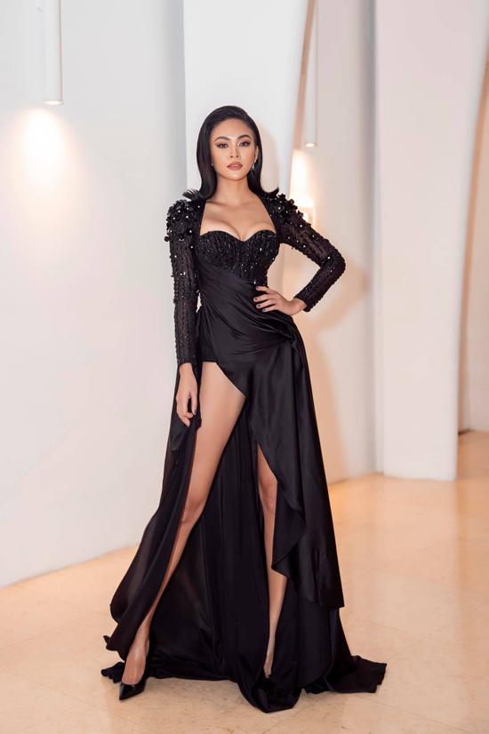 Á hậu Mâu Thủy đốt mắt người nhìn với mẫuđầm cúp ngực, siết eo đến nghẹt thở. Thêm vào đó phần tà váy xẻ càng khiến người đẹp trở nên sexy hơn.