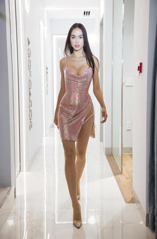 Vũ Ngọc Anh tự tin khoe dáng với mẫu váy ánh kim khó có thể sexy hơn.