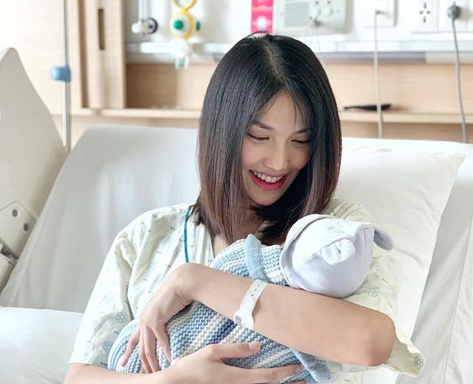 Hoa khôi Áo dài Lan Khuê khi còn ở bệnh viện sau ca sinh nở.