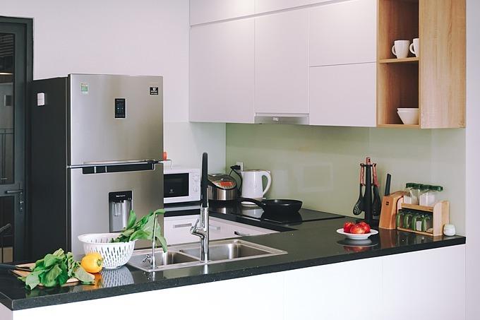 Phòng bếp dành cho gia đình gồm 2 vợ chồng mới cưới nên bố tríđơn giản, xinh xắn.