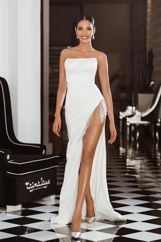 Trang phục dạ hội xẻ cao của á hậu Hoàng Thùy trở nên độc đáo và ấn tượng hơn nhờ vạt tua rua đính dọc từ phần xẻ hông đến chân váy.