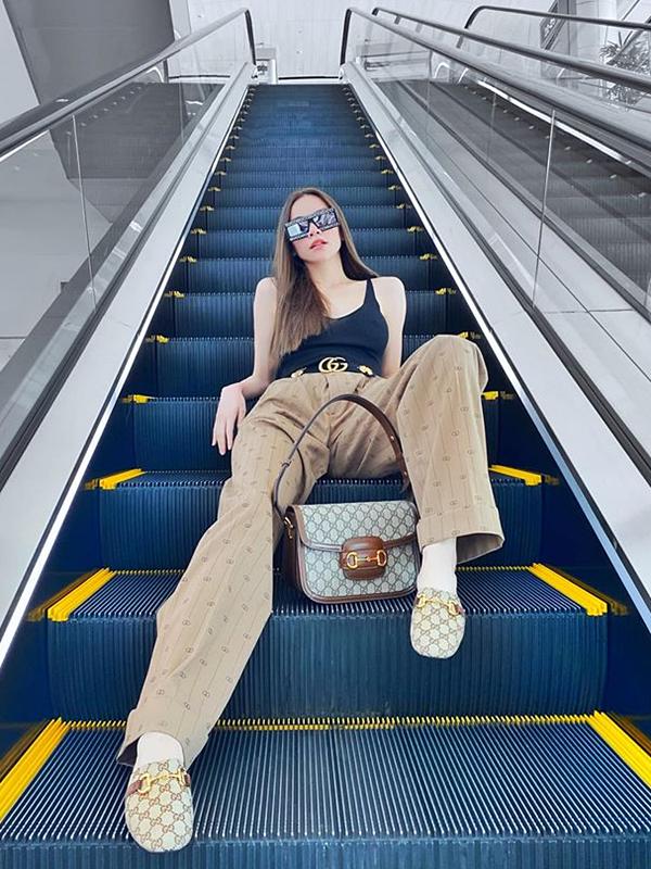 Hồ Ngọc Hà khoe street style trẻ trung với áo hai dây phối quần ống suông. Thắt lưng da đen của Gucci là phụ kiện tạo điểm nhấn cho tổng thể. Để hoàn thiện vẻ ngoài, nữ ca sĩ bổ sung thêm túi xách và giày đồng điệu.