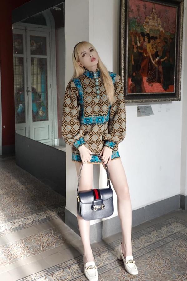 Ca sĩ Thiều Bảo Trâm tôn đôi chân thon dài nhờ mẫu váy mang hơi hướng cổ điển.