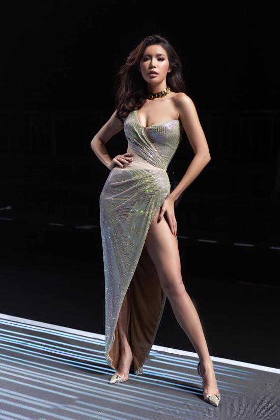 Ở bộ sưu tập cho mùa xuân hè 2020, Chung Thanh Phong tập trung khai thác các mẫu váy xẻ quá hông. Minh Tú khoe chân dài trong mẫu thiết kế mới nhất của nhà mốt Việt.