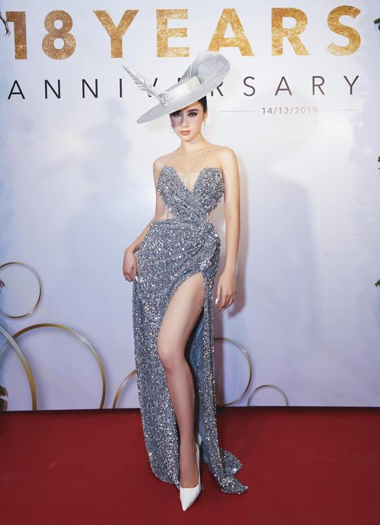 Vào mùa thu đông 2019, các nhà mốt Việt đồng loạt giới thiệu các kiểu đầm cut-out hợp mốt. Angela Phương Trinh chọn thiết kế mới nhất của Nguyễn Minh Tuấn để tôn vóc dáng khi tham gia sự kiện.