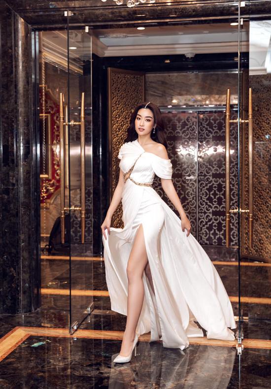 Hoa hậu Đỗ Mỹ Linh gợi cảm và không kém phần quyến rũ với thiết kế váy lệch vai đi kèm những đường cắt táo bạo cho phần ngực và chân váy.
