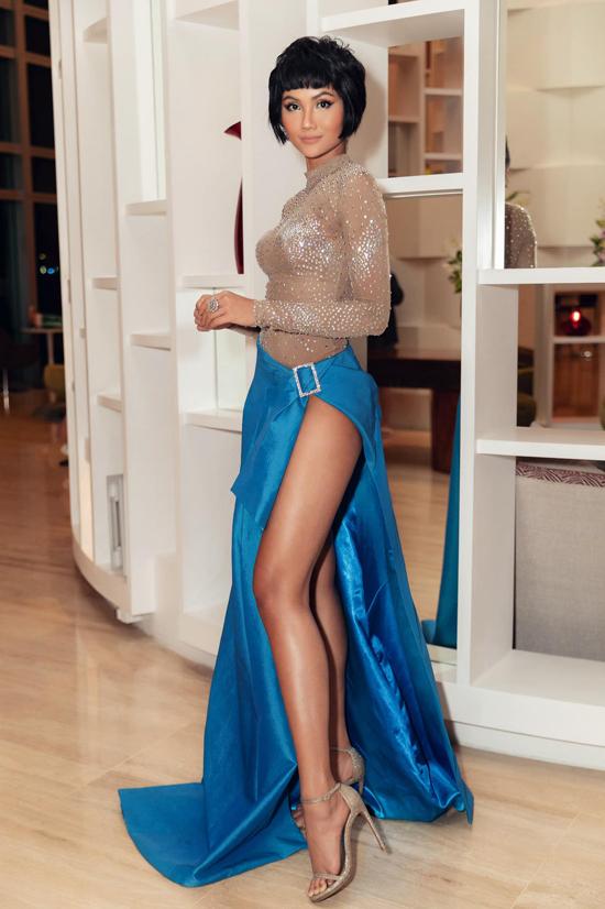 Váy dạ tiệc có đường cắt xẻ táo bạo được hoa hậu HHen Niê lăng xê từ mùa hè 2019. Đây là kiểu trang phục giúp mỹ nhân Đăk Laawk khoe triệt để đôi chân thon gợi cảm và làm da nâu nóng bỏng.