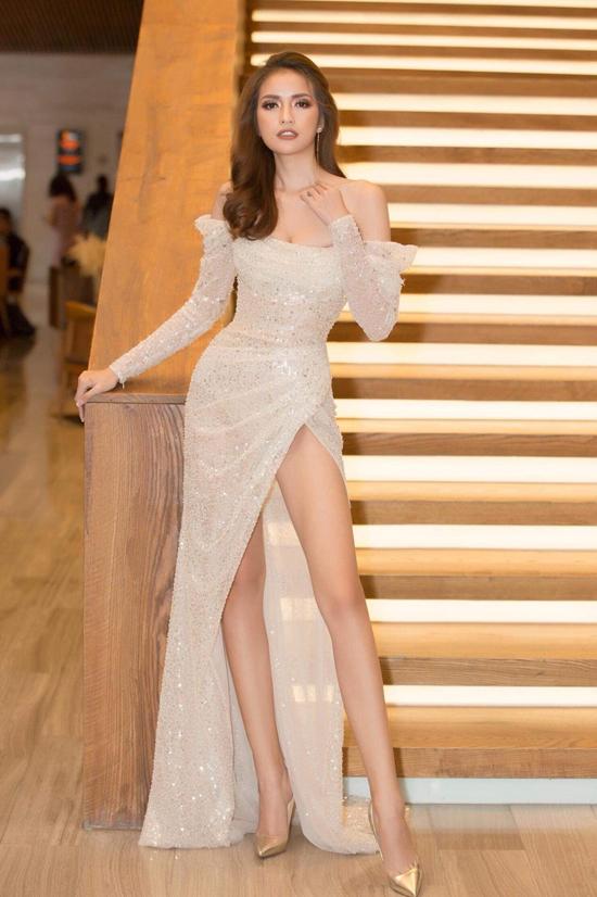 Ngọc Châu khoe vóc dáng mảnh mai với thiết kế đầm vai trần đi đường xẻ tà bất tận.