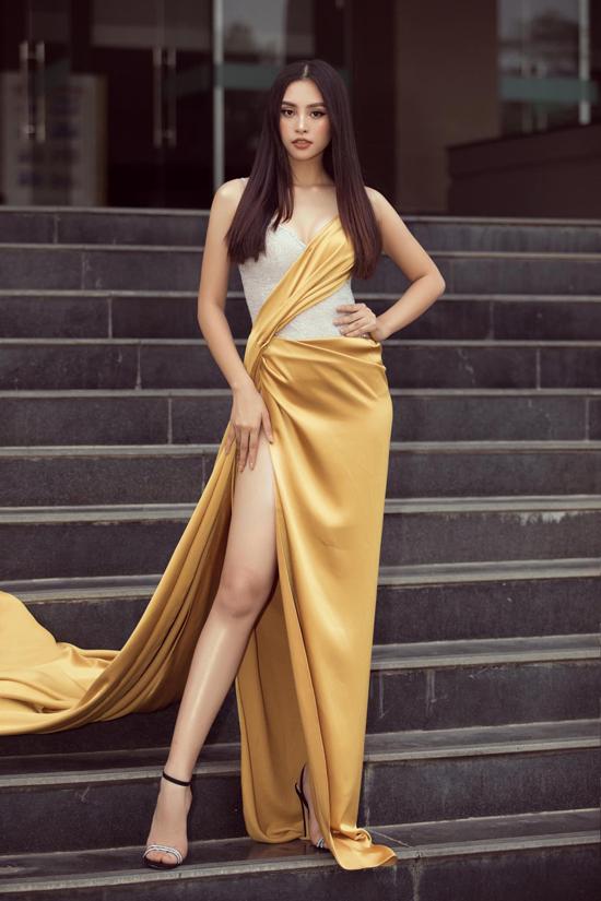 Váy lụa có đường xẻ cao chạm hông của Đỗ Long giúp Tiểu Vy trở nên sexy hơn. Cách sử dụng chất liệu mềm mại còn tạo nên nét nhẹ nhàng, bay bổng cho hoa hậu.