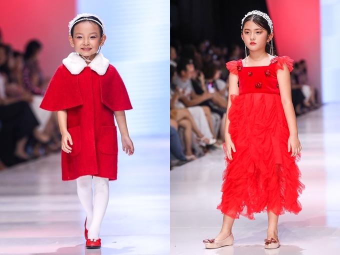 Các mẫu nhí tung tăng sải bước trong chiếc váy phong cách cổ điển, kết hợp băng đô làm điểm nhấn.
