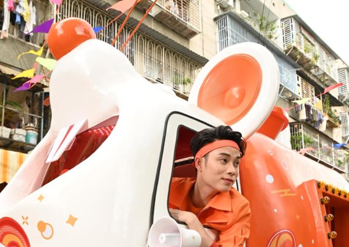 Trúc Nhân với chiếc xe hình chuột tượng trưng cho năm Canh Tý.